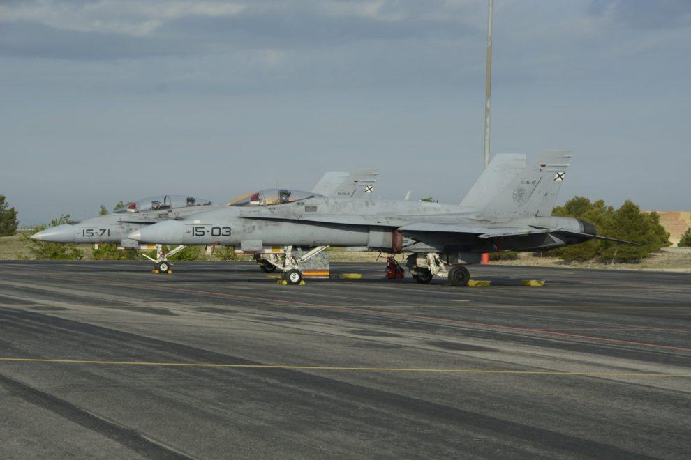 Un F/A-18B del ala 15 y un F/A-18A del Ala 12 comparten plataforma en Albacete durante un curso TLP.