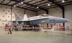 F/A-18 del Ala 12 equipado para experimentación en vuelo, y con marcas para calibración siendo usado en pruebas de armamento en el hangar del CLAEX.