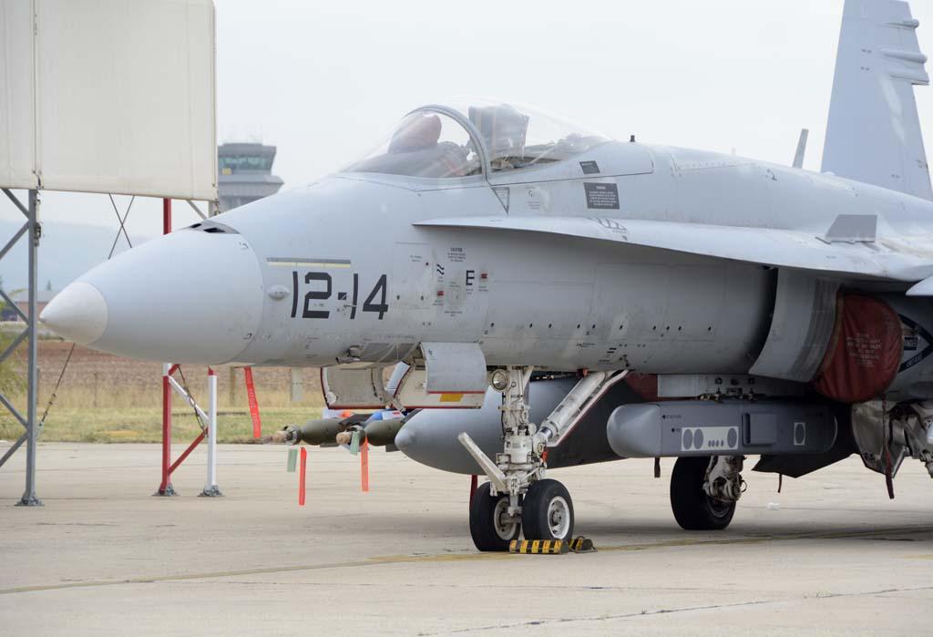 F/A-18 con armamento aire-tierra de entrenamiento y una maqueta del por CORE (Capacidad Operativa de Reconocimeinto Electrónico) que está desarrollando INDRA. Todavía están en estudio los sensores que se instalarán en su interior.