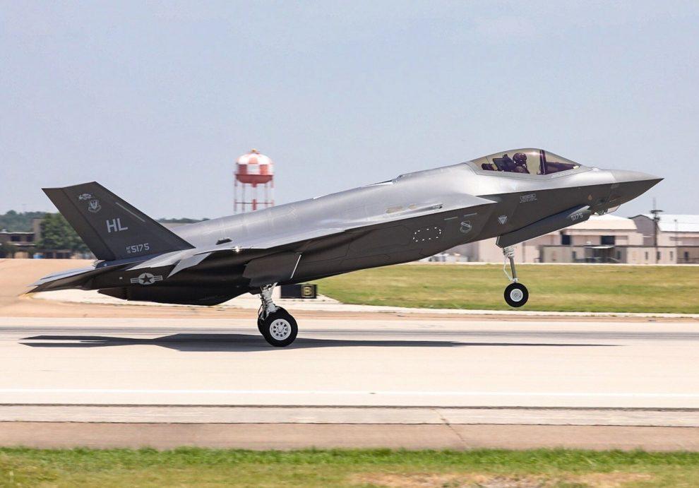Despegue de las instalaciones de Lockheed Martin hacia la base aérea de Hill del F.-35 número 300 entregado.