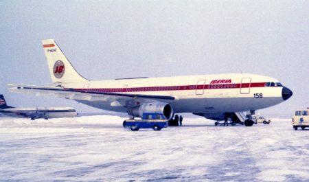 El segundo prototipo del A300 se pintó por su lateral derecho con los colores de Iberia y con los de Air France por el izquierdo.