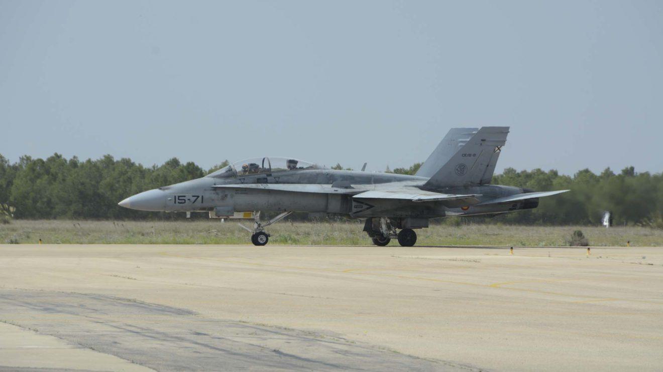El F/A-18 CE15-02 /15-71 se encargó de abrir las demostraciones aéreas con una bonita actuación.