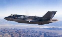Captura del momento en el que el comandante Charles Trickey dispara el cañón del F-35A en vuelo.