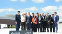Foto de familia en el salón de Le Bourget tras la firma del acuerdo del FCAS con la particiapción de la ministra española de Defensa.