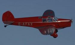 Luciendo su antigua matrícula británica el elegante British Aircraft Eagle II.