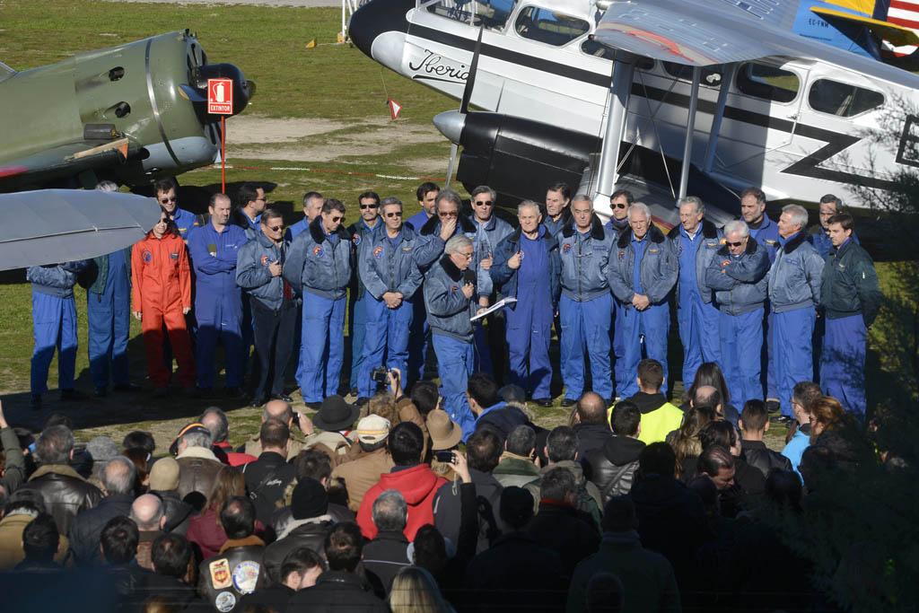 Carlos Valle, presidente de la FIO, acompañado por los pilotos de la misma se dirije a los asistentes con motivo del 25 aniversario de la Fundación y el reinicio de los vuelos en Cuatro Vientos.