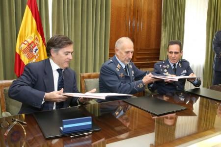 El general director de Adquisiciones, Álvaro Juan Pino, e Ignacio Mataix, consejero delegado de ITP durante la firma del acuerdo.