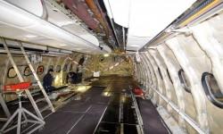 Otro detalle del interior del avión completamente despanelado y listo para recibir los nuevos equipos y butacas
