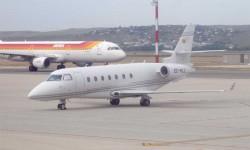 """LOS AVIONES DE NEGOCIOS SE TRASLADAN A BARAJAS. En junio se completa el traslado de la aviación corporativa desde la Base Aérea de Torrejón de Ardoz al aeropuerto de Barajas, cumpliendo una vieja aspiración del sector, que ha estado """"desterrado"""" en Torrejón durante más de diez años."""