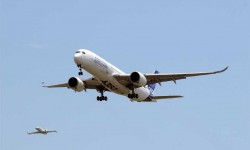 PRIMER VUELO DEL A350 XWB. Sin duda, uno de los acontecimientos del año. En junio volaba por primera vez el A350 XWB ante los ojos de miles de espectadores, despegaba desde el aeropuerto de toulouse-Blagnac, donde se encuentra la FAL del avión, el nuevo modelo de doble pasillo del fabricante europeo, un gran día para la industria aeornáutica europea y para la aviación.