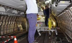 Los operarios retiran todo el cableado interior del avión