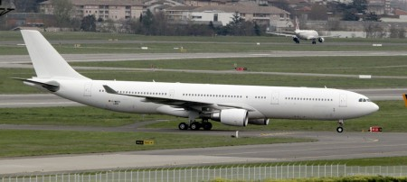 Iberia en la pista de despegue.(aerol&iacutenea Espa&ntildeola será privatizada)(TT: Iberia, about to take off.)(TA: Spanish airline to be privatized): An article from: Epoca Ernesto Labrador