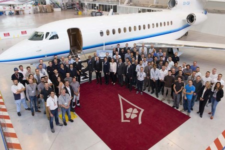 Directivos y personal de la cadena de montaje de Dassault, y directivos y personal de Amjet  posan para la foto de familia en la entrega del primer Falcon 8X.
