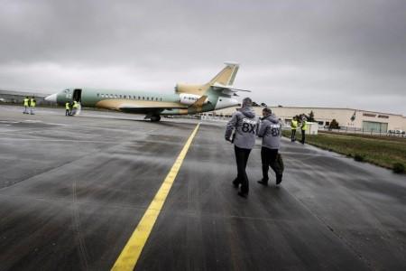 Hervé Laverne y Etienne Faurdessus caminando hacia el segundo Dassault Falcon 8X para realizar el primer vuelo del avión.