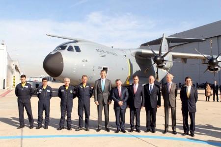 Los reyes Felipe VI y Abdala II junto a directivos de Airbus Defense and Space en España y el ministro de Defensa Pedro Morenés en su visita a Getafe.