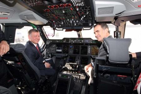 Los reyes Abdalá II y Felipe VI en la cabina de mandos del Airbus Defense and Space A400M.