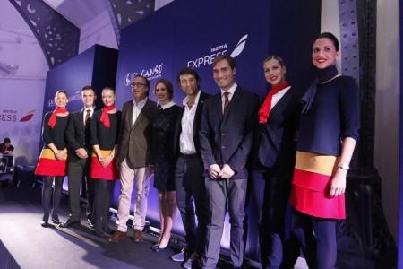 Fernando Candela, cuarto por la izquierda y Clemente Cebrián, cuarto por la derecha, junto a la actriz Vanesa Romero, presentadora del acto, entre ellos, y algunos de los TCP de Iberia Express con el nuevo uniforme.