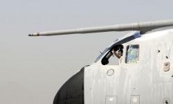 Ignacio Lombo saluda pulgae en alto a la llwegada del A400M a FIDAE.
