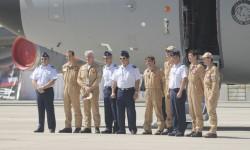 La tripulación del 400M posa con los máximos responsables de FIDAE 2012.