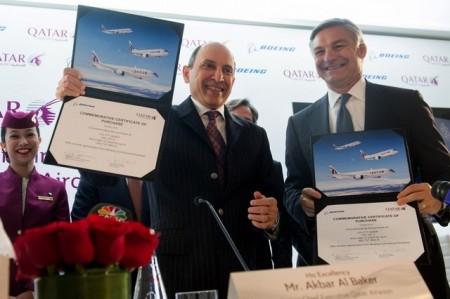 Akbar Al Baker y Ray Conner muestran los documentos en los que acababan de estampar sus firmas para oficializar la compra de 100 aviones Boeing por Qatar Airways.