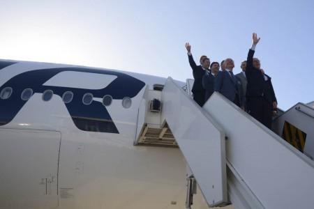 Directivos de Airbus, Finnair y Rolls-Royce saludan desde la puerta del nuevo Airbus A350 de Finnair tras la ceremonia de entrega.