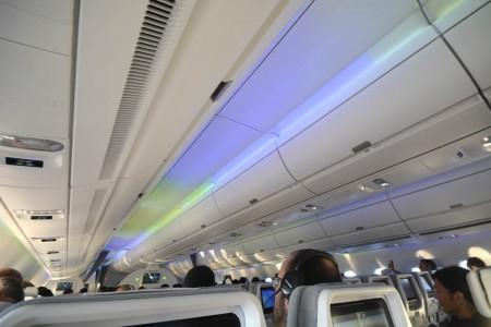 Las luces del norte pasean por el techo del nuevo Airbus A350 de Finnair.