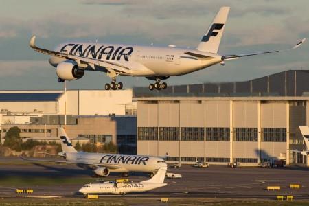 Un A350 de Finnair aterriza en Helsinki mientras un ATR 72 y un A330 de Finnair esperan su turno para despegar.