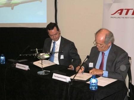 Firma entre ATR y Naysa del contrato por seis nuevos ATR72-600 durante la celebración de la asamblea general de la ERA en Madrid.