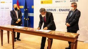 Pedro Saura firma, entre Ángel Luis Arias (izquierda) y Alberto Gutiérrez (derecha) el acuerdo entre el ministerio, Enaire y Airbus.