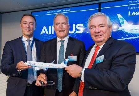 Firma del contrato entre Airbus y GECAS el primer día del salón de Le Bourget.