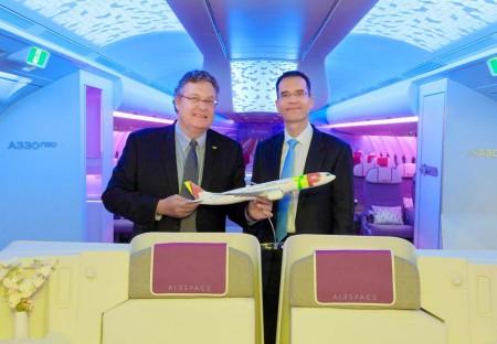 Trey Urbahn de TAP Portugal (izquierda) y François Caudron de Airbus, tras la firma del acuerdo entre ambas partes, en la maqueta de la cabina Airspace.