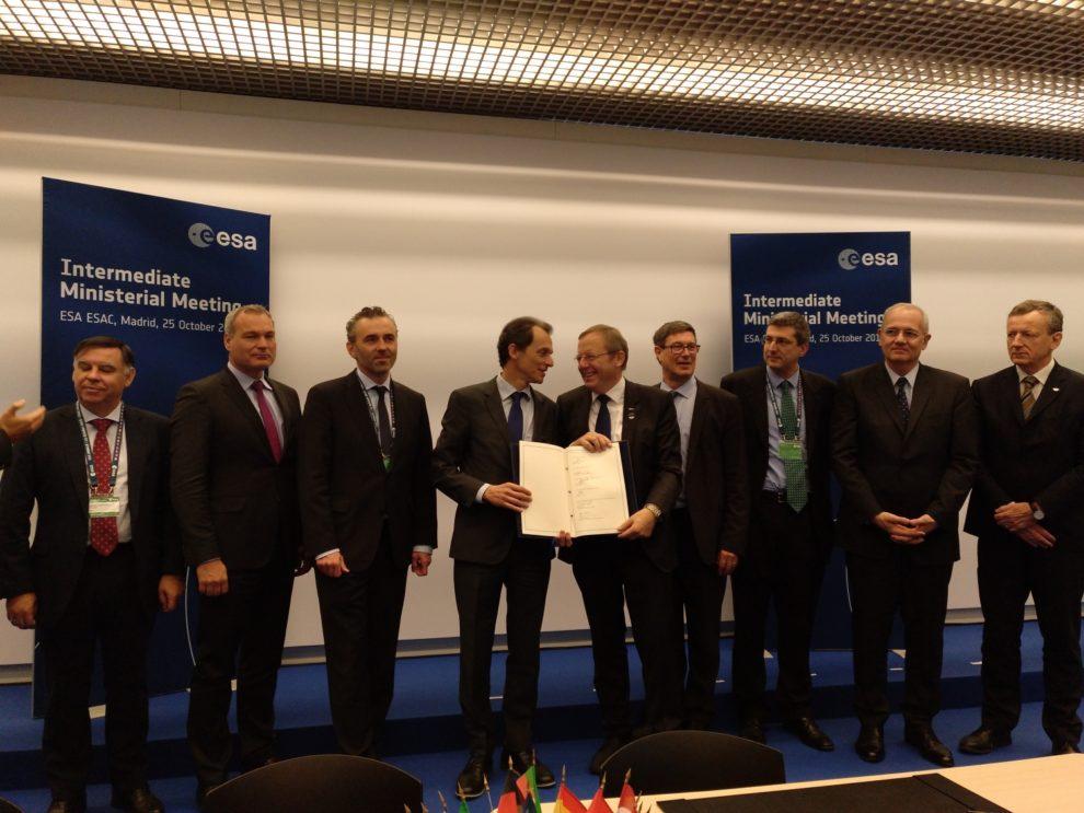 El ministro español Pedro Duque con los representantes de España, Alemania, Francia, Italia, Suiza, ESA y Arianespace tras la firma del acuerdo para el uso de los lanzadores Ariane 6 y Vega C.