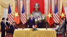 Firma del acuerdo entre Boeing y Bamboo Airways con el presidente Donald Trump como testigo.