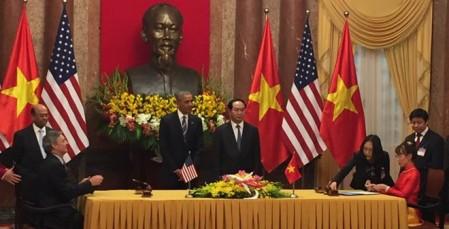 Testigos de la firma entre Boeing y Vietjet fueron los presidentes de Vietnam, Trần Đại Quang, y de Estados Unidos, Barack Obama, de visita en el país asiático