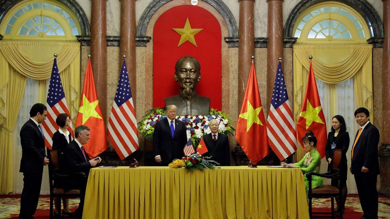 Firma del acuerdo entre Boeing y Vietjet con el presidente Donald Trump como testigo.