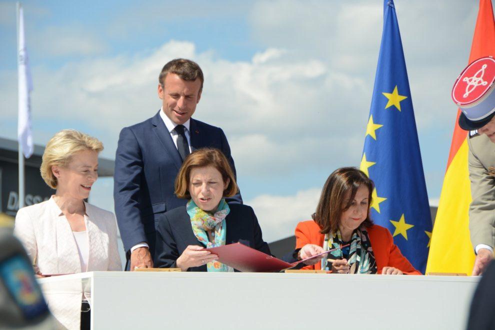 Las ministras de Defensa de Alemania, Francia y España, firmando la adhesión española al FCAS con el presidente francés Macron de testigo.