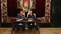 Los generales Javier Salto y Phillippe Lavigne firman la adhesión al FCAS del Ejército del Aire español.