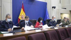 La secretaria de Estado de Defensa, Esperanza Casteleiro, durante la firma del acuerdo con sus homólogos, acampañada por Ignacio Mataix, de Indra (izquierda) y el almirante Santiago González, director general de Armamento y Material (derecha).