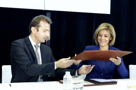 Guillaume Faury presidente de Airbus Helicopters y María Dolores de Cospedal ministra de Defensa en la firma de los documentos de entrega de los cinco nuevos helicópteros.