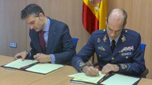 El director del INTA, teniente general José María Salom, y el subsecretario del Ministerio de Ciencia e Innovación, Pablo Martín, firman el acurerdo para Ingenio.