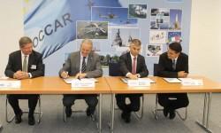 Firma del contrato de compra de los A330MRTT. De izquierda a derecha Peter Dohmen, director general de NSPA; Arturo Alfonso-Meiriño, director de OCCAR;  Bernhard Brenner, vicepresidente de marketing y ventas de Airbus Defence & Space; y Didier Plantecoste, director de programas de aviones cisterna de Airbus Defence & Space.