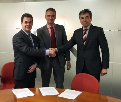 El director de Desarrollo de Negocio de Transporte de Tecnalia, Javier Coleto (izquierda), el director de CATEC, Joaquín Rodríguez (al centro); y el director de CTA, Ignacio Eiriz (derecha) en la firma del acuerdo.