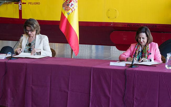 Las ministras Robles (derecha) y Rivera (izquierda), firman la renovación del acuerdo para los aviones del 43 Grupo del Ejército del Aire.