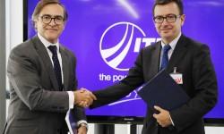 Ignacio Mataix, director general de ITP, a la derecha, durante la firma del préstamo del BEI