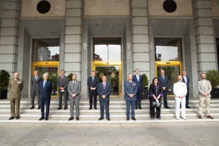 Firmantes y testigos frente al ministerio de Defensa, donde se llevó a cabo el acto.