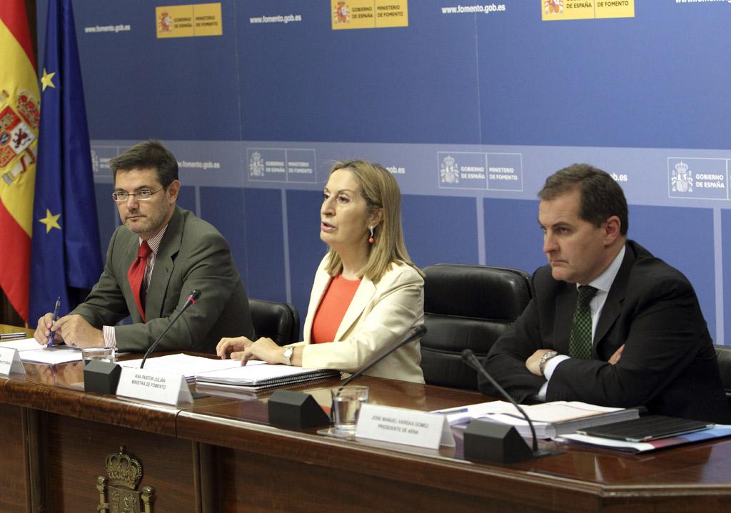 El secretario de Estado de Infraestructuras, Transporte y Vivienda, Rafael Catalá, la ministra de Fomento Ana Pastor y el presidente de AENA, José Manuel Vargas