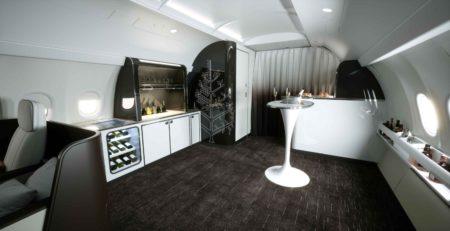 Zona social en la cola del avión de Four Seasons.