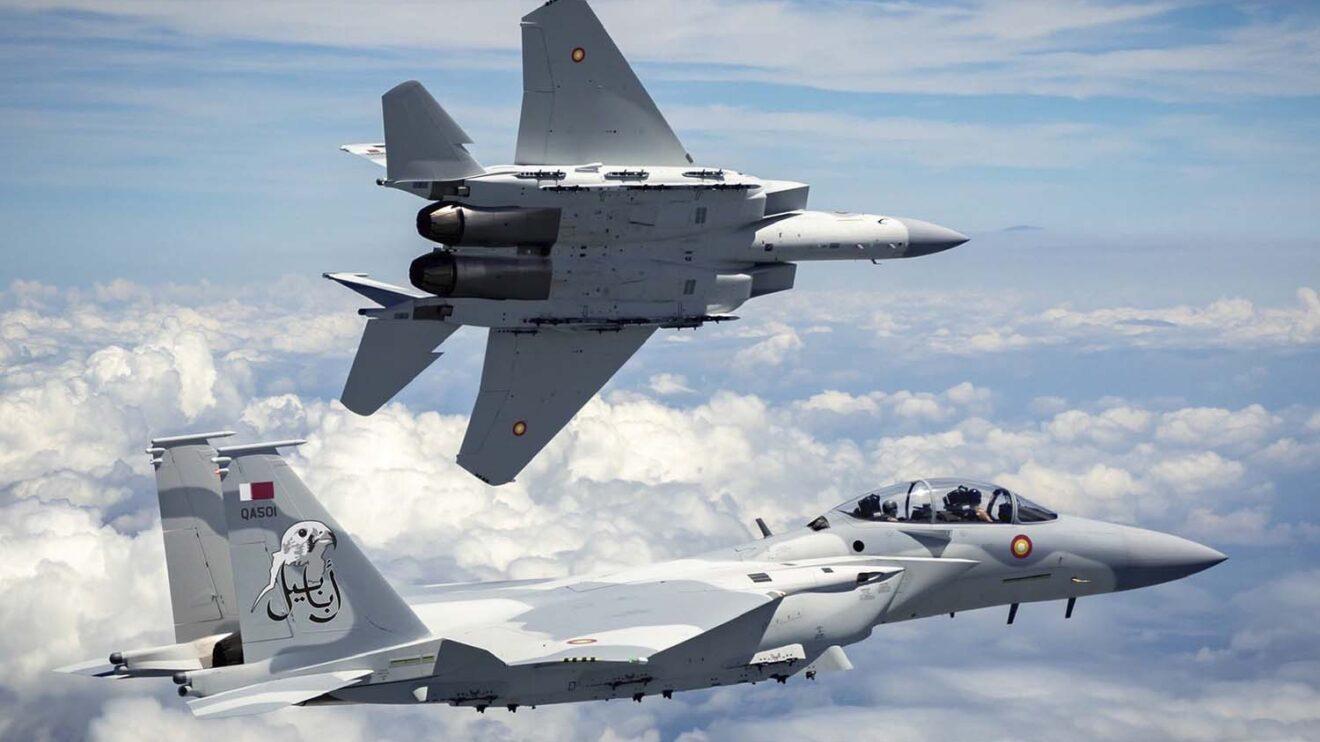 Foto del ministerio de Defensa de Qatar con los dos F-15QA con sus emblemas y matrículas qataríes.
