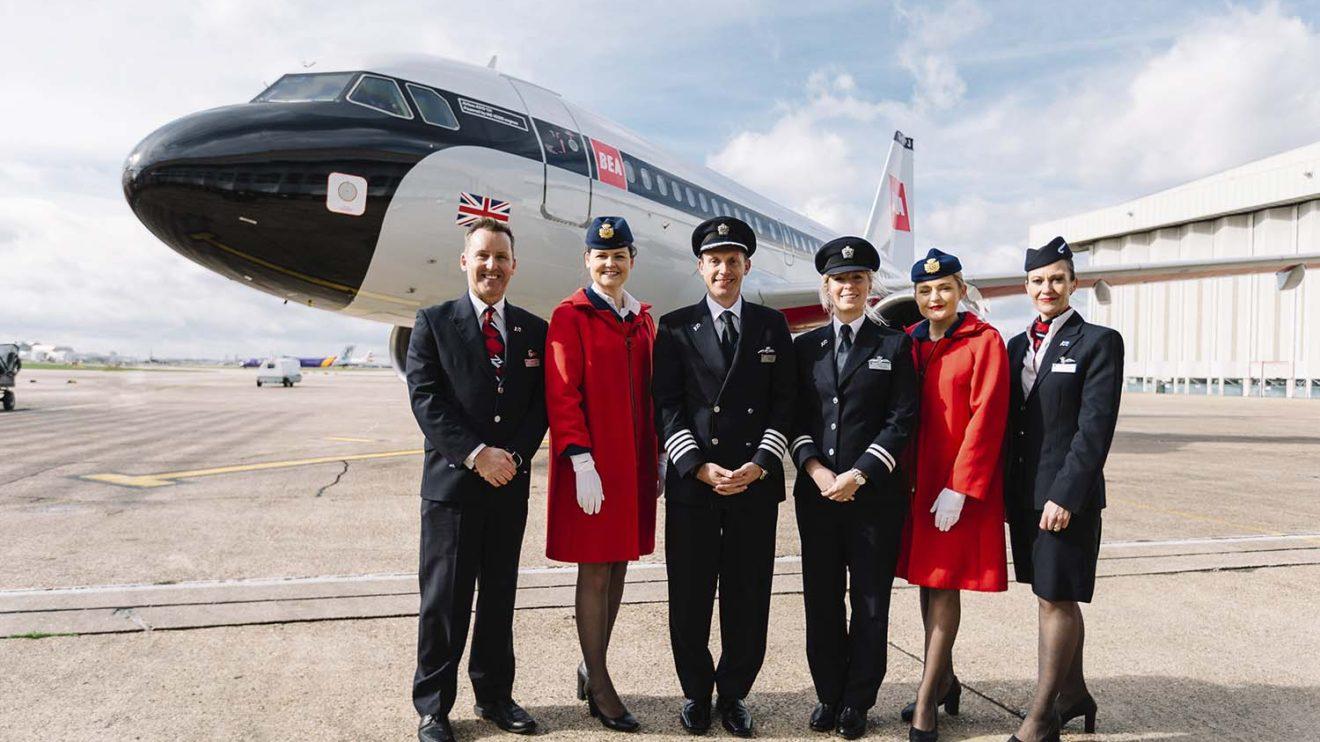 Tripulacion de British Airways con dos de las TCP luciendo el uniforme de BEA de la época de los colores aplicados al Airbus A319.