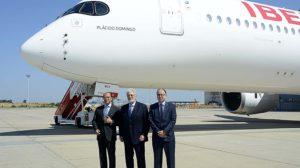 Antonio Vázquez,,presidente de IAG (izquierda) y Luis Gallego, presidente de Iberia, escoltan a Plácido Domingo frente al A350 con su nombre.